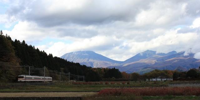 日光連山と東武鉄道の電車