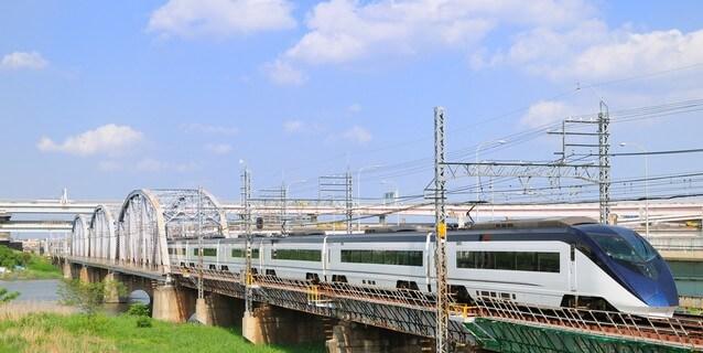 堀切橋を渡る京成スカイライナー