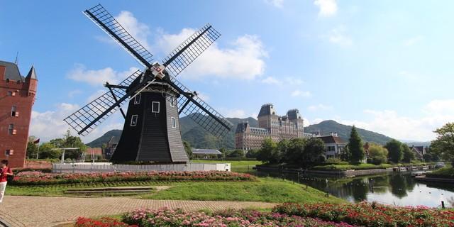 ハウステンボスの風車と花畑