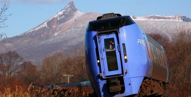 駒ケ岳と特急スーパー北斗