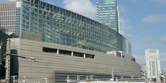 東京国際フォーラム前を走る新幹線のぞみ