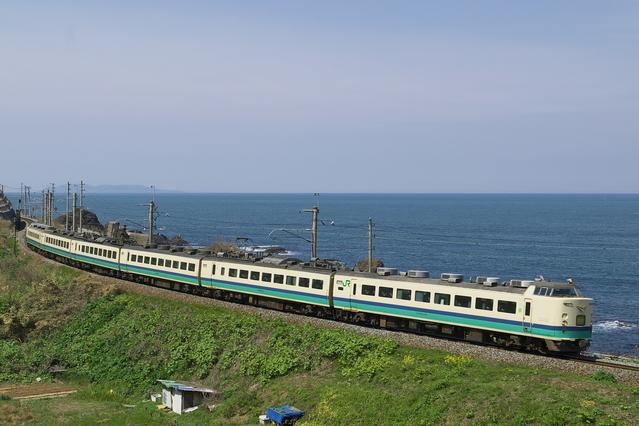 日本海に沿って走る特急いなほ