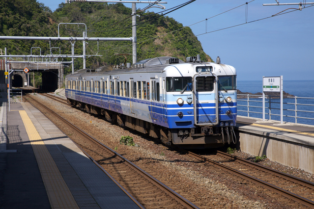 青海川駅に停車中の北陸本線の列車
