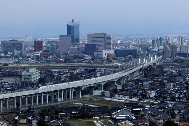 富山市内と北陸新幹線