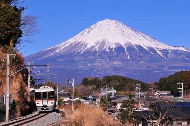 特急ワイドビューふじかわと富士山