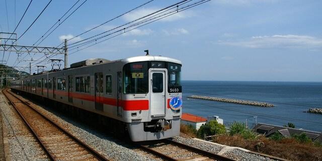海外沿いを走る山陽電車