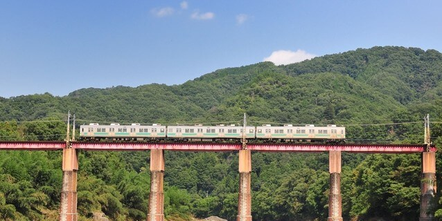 荒川橋梁を渡る秩父鉄道の電車