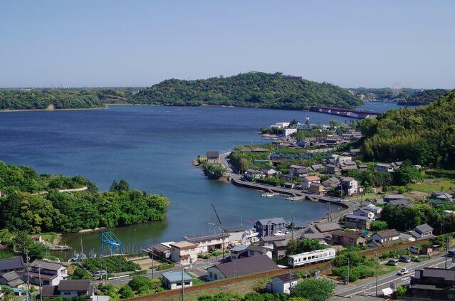 湖畔を行く天竜浜名湖鉄道の列車