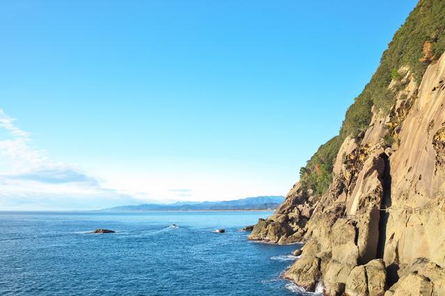 鬼ヶ城の岩肌と海