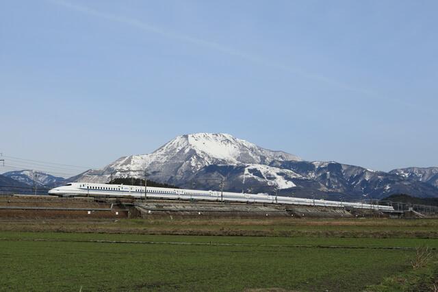 東海道新幹線と伊吹山