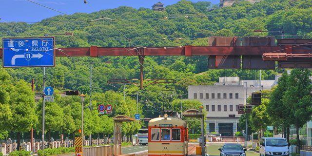 路面電車と松山城
