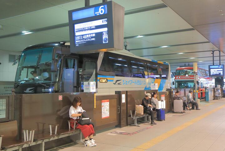 大阪駅バスターミナルに停車中の松山エクスプレス号