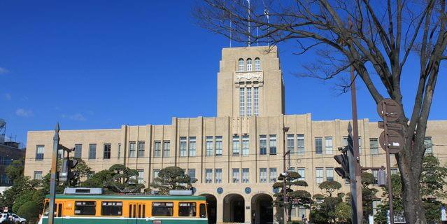 鹿児島市役所と路面電車